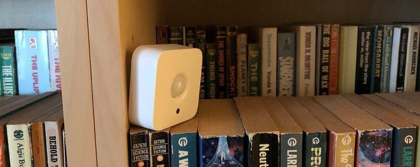 сензор за движение върху книги
