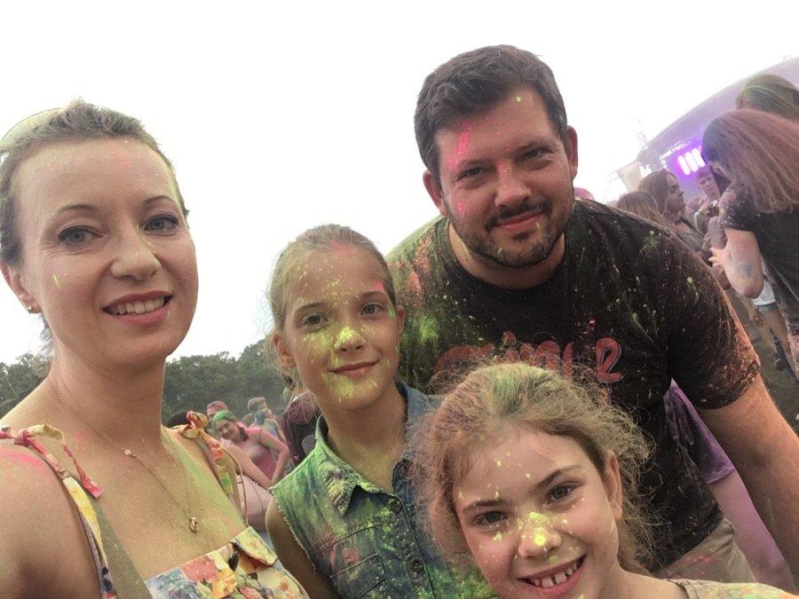 z rodziną na festiwalu kolorów