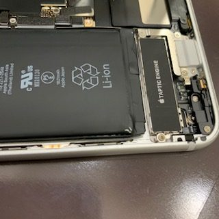 【iPhone8をお使いの方要注意※】膨張で画面と擦れてバッテリーを覆うカバーが剥がれてしまいます<東区和白からご来店>