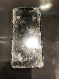 粉々に砕けたiPhoneXS