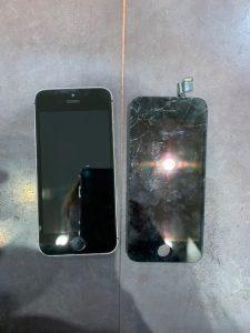 液晶ガラスが破損したiPhone