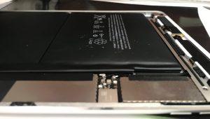 下のフレームよりも厚みが出たバッテリー