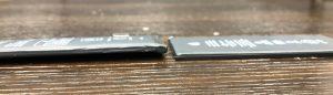 画面が膨らんできた  左:膨張したバッテリー、右:通常のバッテリー