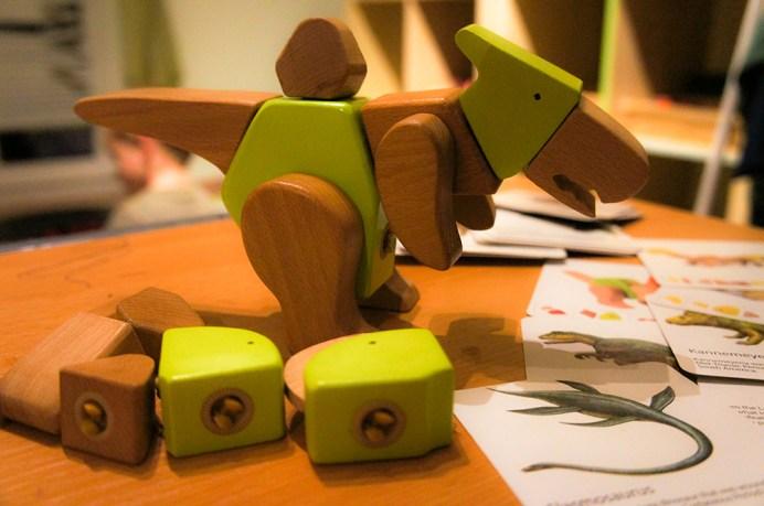 besten Spielzeuge für Kinder ab 3 Jahre: Dino-Tino-Bausatz und Lernkarten zum nachbauen von verschiedenen Dinosauriern.