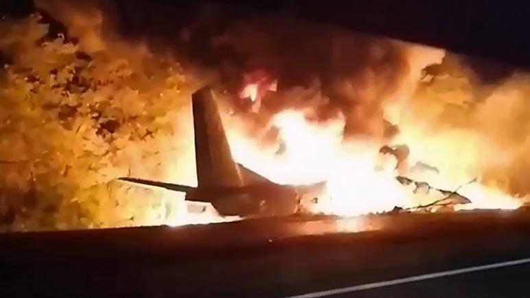Avião despenha-se na Ucrânia e faz 22 mortos.