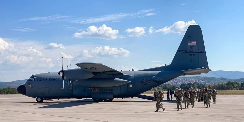 EUA e Sérvia participam em treino aerotransportado conjunto durante o Skybridge 21