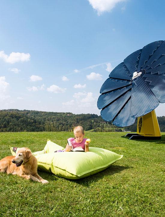 Um bebê e um cão desfrutar de um dia ensolarado fora ao lado de um painel solar SmartFlower