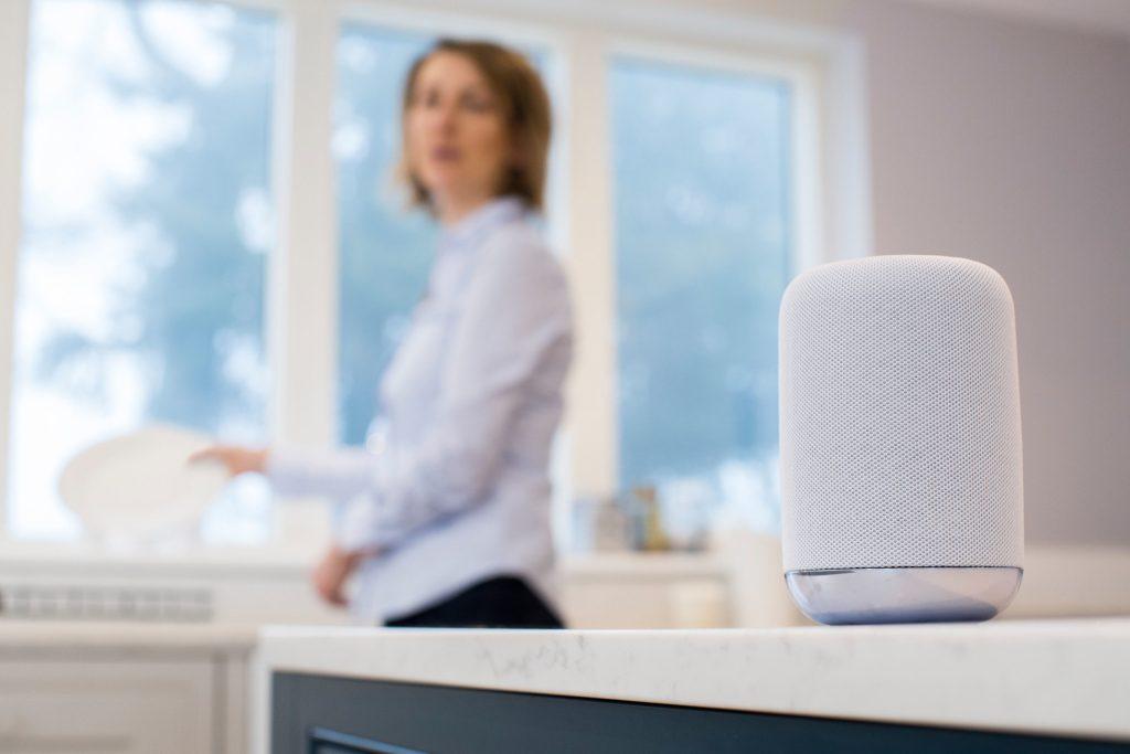 Per Sprachbefehl Musik hören, Informationen abrufen, Produkte bestellen oder Hausgeräte steuern: Für die Nutzer von Sprachassistenten wie Alexa gibt es jedoch auch Risiken.