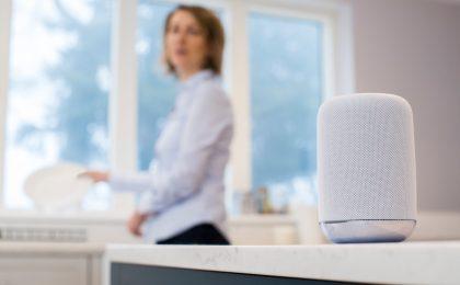 Per Sprachbefehl Musik hören, Informationen abrufen, Produkte bestellen oder Hausgeräte steuern: Für die Nutzer von Sprachassistenten gibt es jedoch auch Risiken.