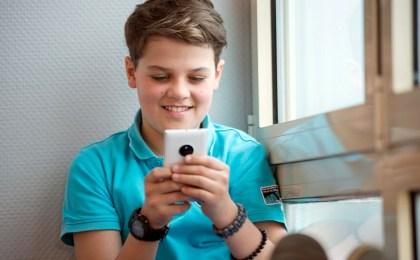 """""""Nicht ohne mein Handy"""" - viele Kids legen ihr Smartphone kaum noch aus der Hand."""