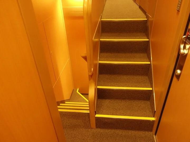サンライズエクスプレスの1階と2階を分ける階段の写真