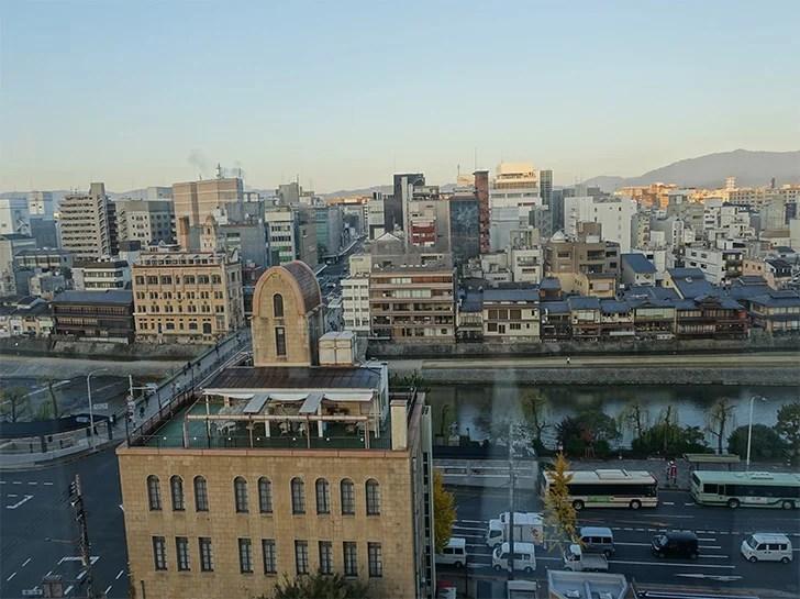 「BOOK AND BED TOKYO 京都店」の窓の外の写真