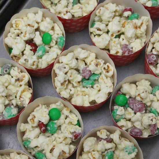 Christmas white chocolate popcorn featured