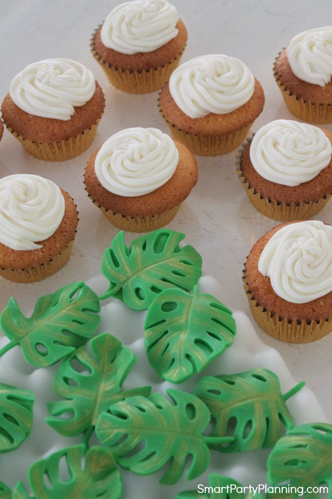 Fondant leaves and cupcakes