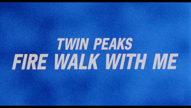 Εικόνα: Σε μπλε φόντο διαβάζουμε με κεφαλαία λευκά γράμματα TWIN PEAKS FIRE WALK WITH ME