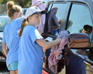 Freshman Mackenzie Clevenger helps dry a car.  Photo by Ally Griffith