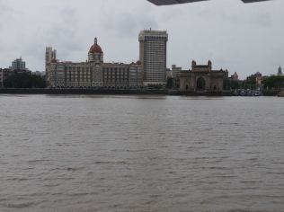 View from the ferry on the way back: Gateway of India/ Ausblick vom Schiff: Gateway of India
