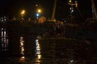 The harbor and cranes to lift the big clay Ganeshas/ Der Hafen und einige Kräne, um die großen Statuen ins Wasser zu heben
