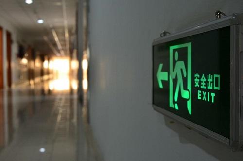 工場オフィスの5S地震対策棚の表示