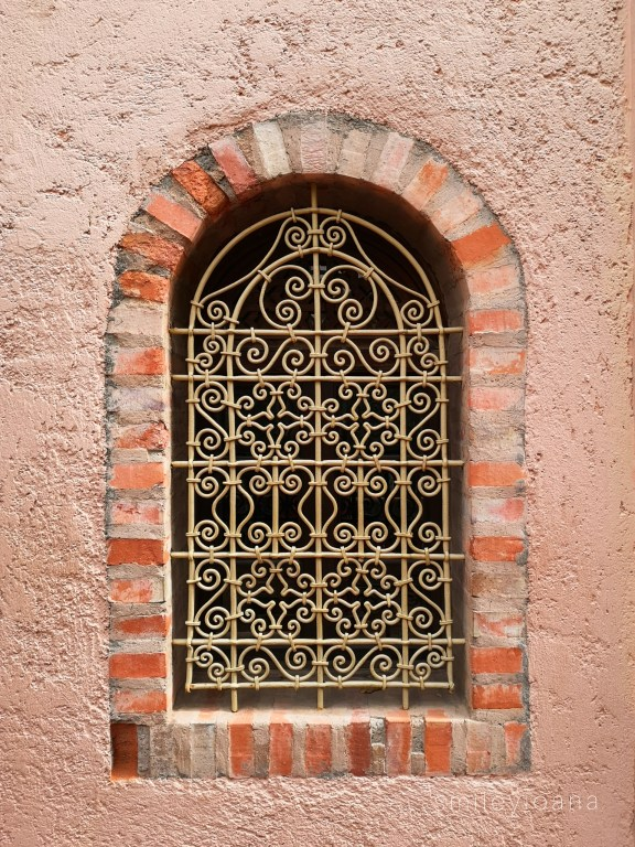 14 beautiful Moroccan doors and windows in Marrakech