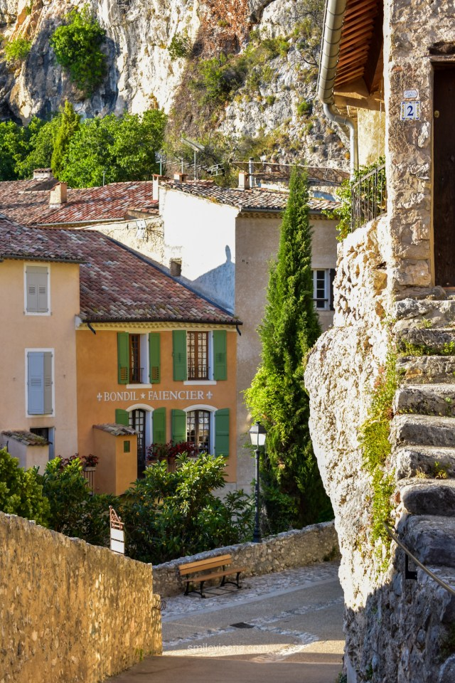 Moustier Saint Marie, South France | old town streets. Traditional Faienceier house