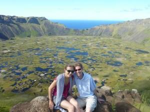 Le Rano Raraku, le cratère près du village sacré d'Orongo (élu plus beau cratère du monde par Aurélie, avec ses joncs et ses mini-lacs inside...)