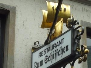 Enseigne du restaurant « Zum Schiffchen », la plus ancienne brasserie de la ville (1628). Napoléon y aurait mangé !