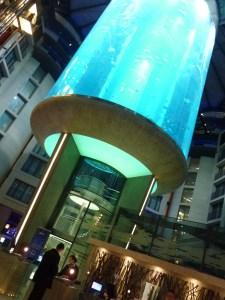 Aquarium géant dans le hall du Radisson Blu