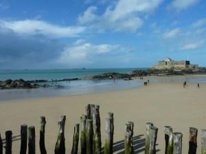 Plage de St Malo avec le petit Bé au loin