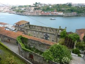 Grand bâtiment désaffecté au bord de la Douro