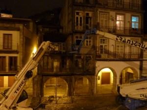 Vision surréaliste et néanmoins fréquente dans le centre de Porto, où une maison pimpante côtoie une maison en train de se faire raser…