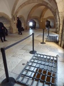 ... et les trous par lesquels les condamnés à mort étaient jetés dans le Tage