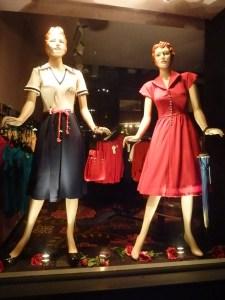 Une boutique vend des robes «à l'ancienne», où ma grand-mère reconnaît certains modèles!