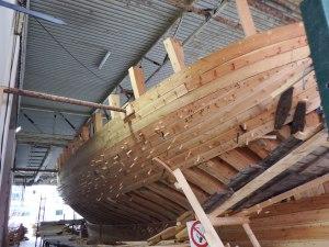 Sur l'embarcadère un bateau de pêcheur traditionnel est en train d'être construit.