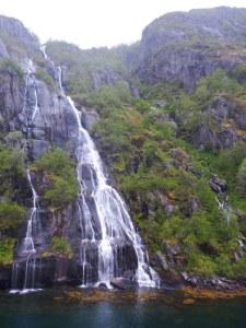 Cascade dans le Trollfjord