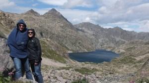 Lutte contre le vent devant le lac du Basto...