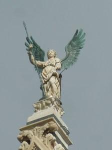 ... et l'ange qui la surmonte
