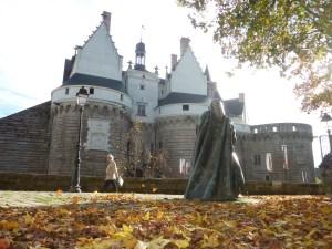LA duchesse Anne devant le château des Ducs de Bretagne