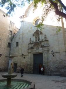 Place Saint Philippe Néri, et son église au mur criblé de balles. Cette place a servi de décor au film Le Parfum