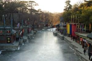 La rue Suzhou, construite de toutes pièces et équipées de comédiens pour l'empereur qui aimait faire ses courses lui-même...