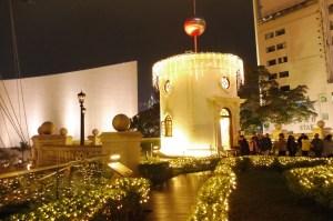 ... et sa tour depuis laquelle autrefois une boule était projetée en l'air à 13h tous les jours pour indiquer l'heure aux bateaux