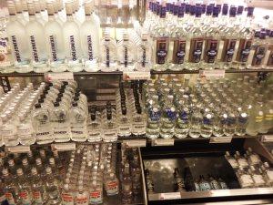 Dans la liquor store, le rayon vodka est bien rempli...