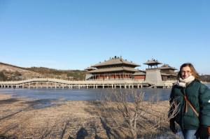 Le monastère, au bord de l'eau