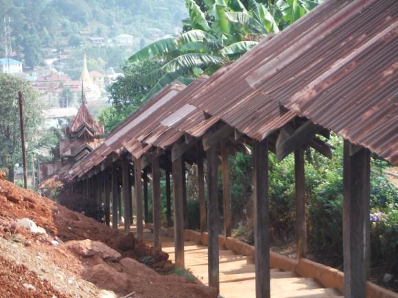 Comme toujours on accède à la pagode par un long passage couvert