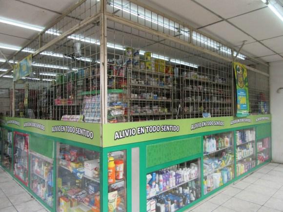 Ici à la pharmacie (comme dans la plupart des autres commerces d'ailleurs), c'est à travers les grilles que cela se passe...