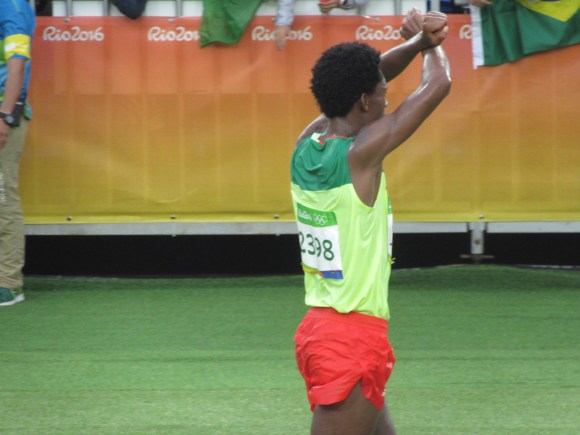 ... l'argent pour Feyisa Lilesa (Ethiopie), qui croise les bras au-dessus de sa tête pour protester contre la politique du gouvernement contre la minorité oromo