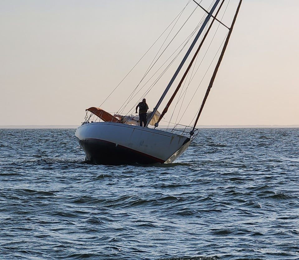 Sailboat hard aground – Jun 14, 2021