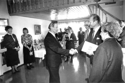 Bertil Heinrichs onnittelee klubia 60 vuotisvastaanotolla 1990.Kommodori Juha Kainulainen, Kaija Heikkilä ja Bo Nyström ottavat onnittelut vastaan (SMK)