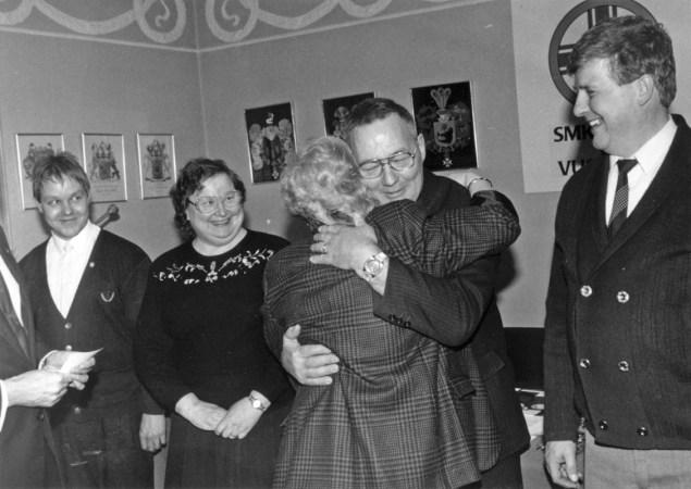 Hopeisten ansiomerkkien saajat 14.3.1990 (SMK). Vasemmalta Caj Fagerström, Asta Heikkilä, Veikko Poikonen ja Lars Sellman. Kaija Heikkilä onnittelee Veikkoa.