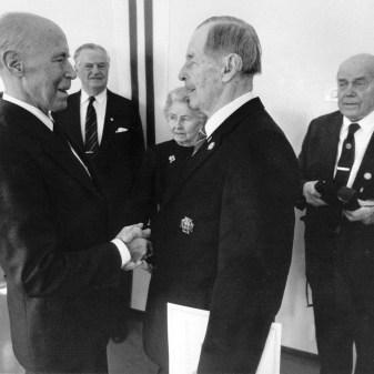Kommodorit Torsten Hjort vasemmalla ja Bertil Heinrichs tapaavat Pajalahdessa klubin 60 vuotisvastaanotolla 1990 (SMK)